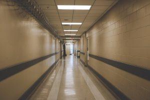 Quelles sont les conditions fixant la prise en charge des soins médicaux par l'établissement pénitentiaire ?